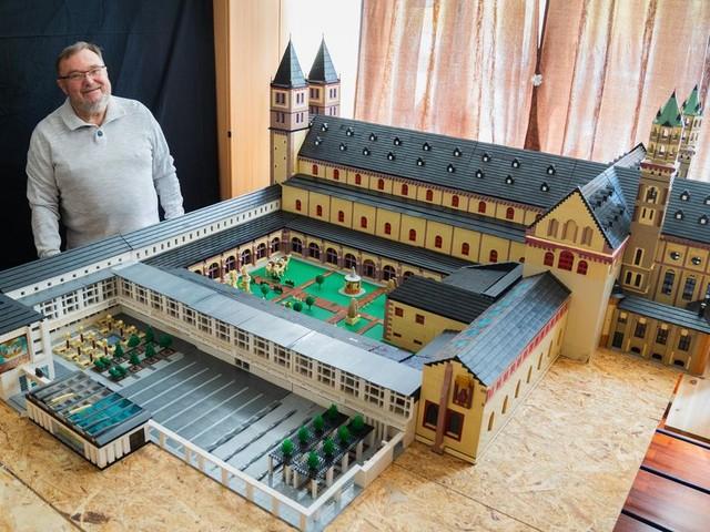 72-Jähriger baut Würzburger Dom aus etwa 2,5 Millionen Lego-Steinen nach