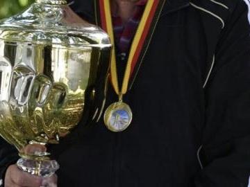 Riesenpokal für Sportschütze Theo Ankenbrand
