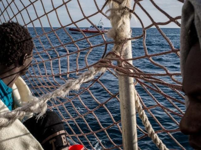 Migranten auf Rettungsschiff: Italien lässt geflüchtete Familien an Land