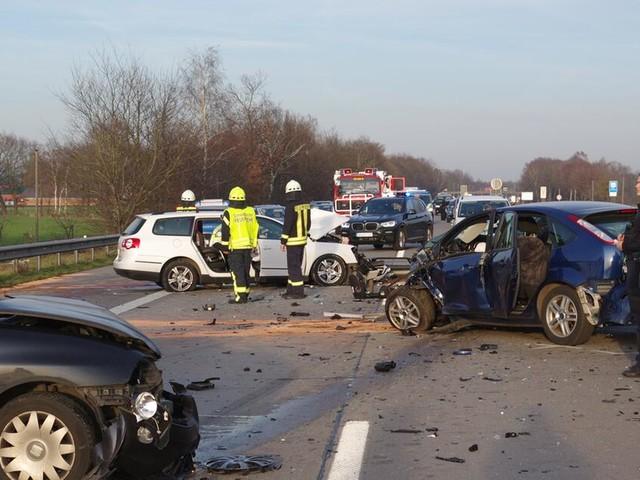 Geisterfahrer stirbt beiUnfall - Drei Menschen in Lebensgefahr