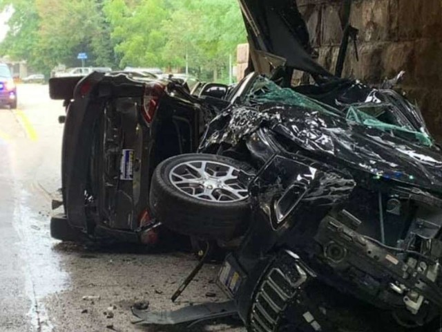 Autotransporter fährt durch zu niedrige Brücke – dann passiert das Unheilvolle