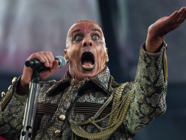 """Till Lindemann hat nach Fisch-Würfen Stress mit PETA – """"keine toten Tiere auf der Bühne!"""""""
