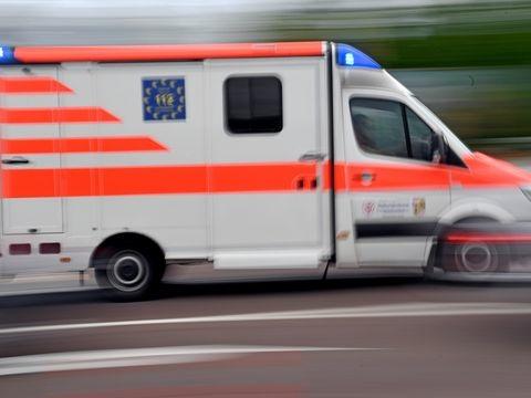 Autofahrer kracht mit Wagen gegen Ampel: Schwer verletzt