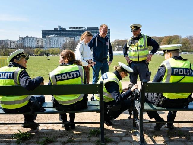 Dänemark öffnet Grundschulen, Kinos und Theater, sagt Festivals aber ab
