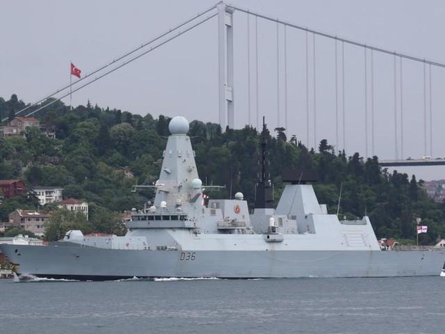 Russland vertreibt britisches Kriegsschiff mit Schüssen und Bomben