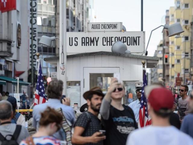 Am Checkpoint Charlie blüht das Geschäft mit der Nostalgie