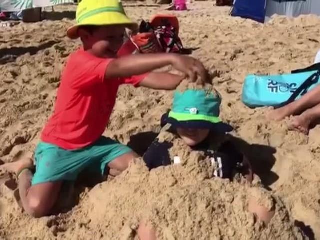 Video: Hitzewelle treibt Australier an den Strand