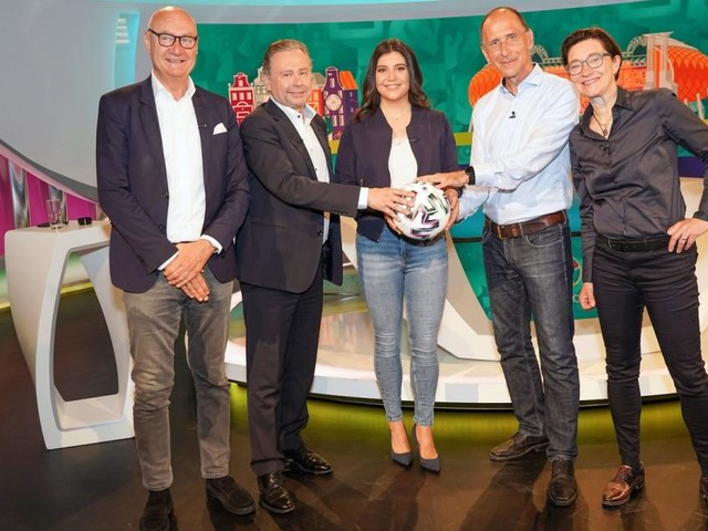 Fußball-EM im ORF: Kommentatoren-Bild mit Dame