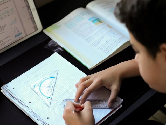 Distance-Learing belastet jede zweite Familie