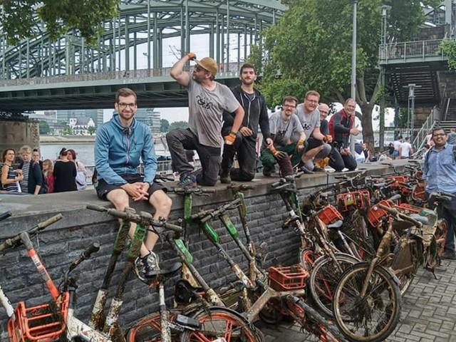 Hunderte E-Tretroller liegen im Rhein zu Köln