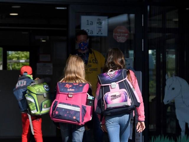 """Schulen im Vollbetrieb Mitte Mai: """"Sehr hohes Risiko"""" + Nationalrat wertet Geimpfte auf"""