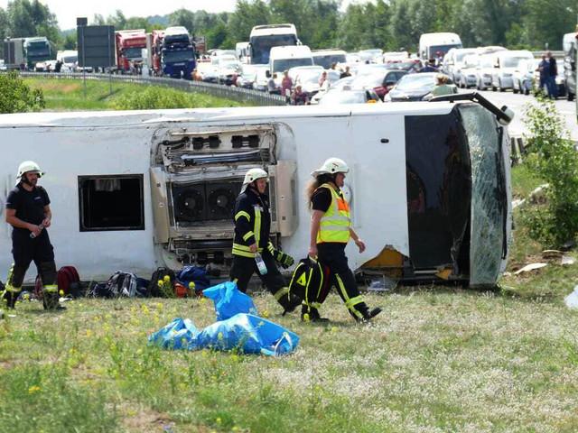 """Brandenburg: Schwerer Unfall auf A13 – Reisebus """"zur Seite gestürzt"""""""