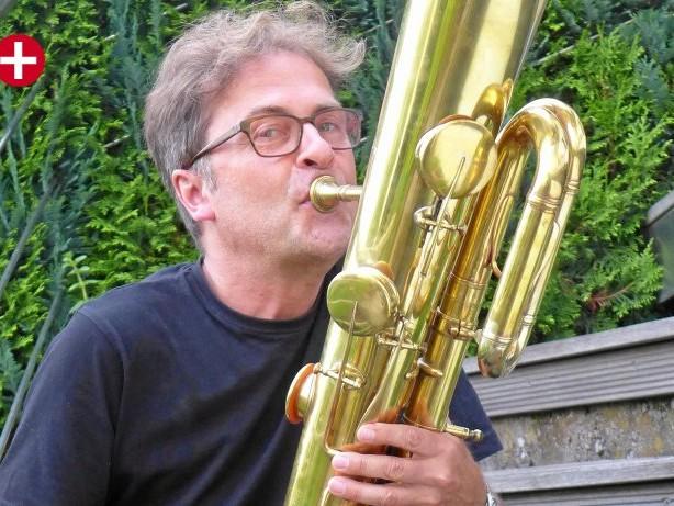 Sammler: Rare Instrumente: Jörn Heller aus Siegen spielt Ophikleide