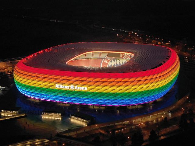 UEFA-Verbot von Regenbogen-Stadionbeleuchtung: DFB unterstützt Verteilung von Regenbogenfahnen