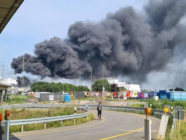 Warnstufe ausgelöst: Großbrand nach Explosion in Chempark in Leverkusen