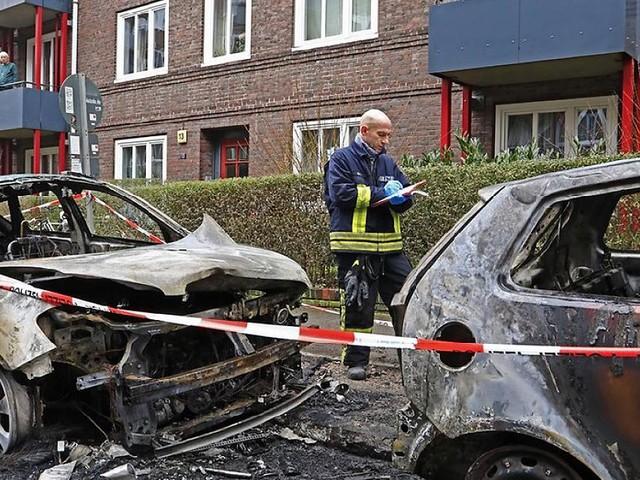 Hamburg - 14 brennende Autos in Eimsbüttel: Feuerteufel steckt ganze Straße in Brand
