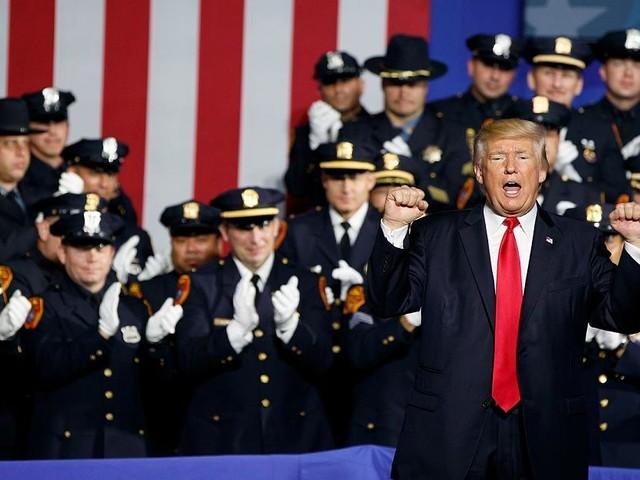 """Methoden wie im """"Wilden Westen"""" - """"Werft sie"""": Trump empfiehlt Polizisten härteren Umgang mit Kriminellen"""