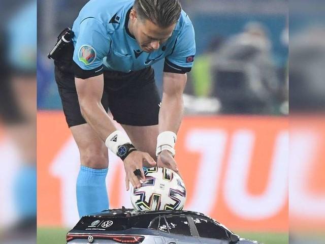 """Fußball-EM 2020: VW in Miniversion fährt als """"Balljunge"""" auf Spielfeld – viele finden es """"zum Fremdschämen"""""""