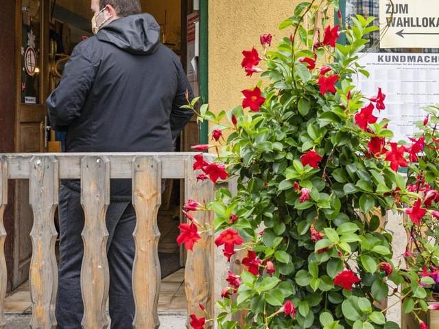 Wahlvormittag in Wien: Von der Dekorationsstätte zur Weinschenke