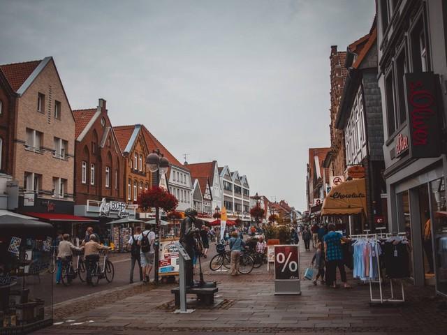 Kundenfrequenz in Großbritannien erholt sich leicht, Onlinehandel sinkt