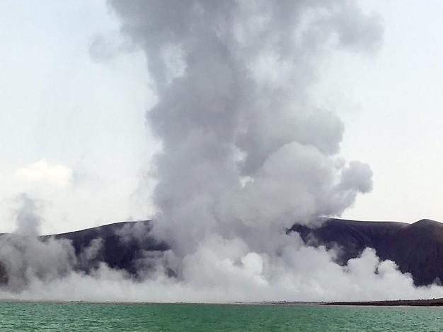 Rauchwolken steigen auf: Ausbruch des Krakatau steht bevor