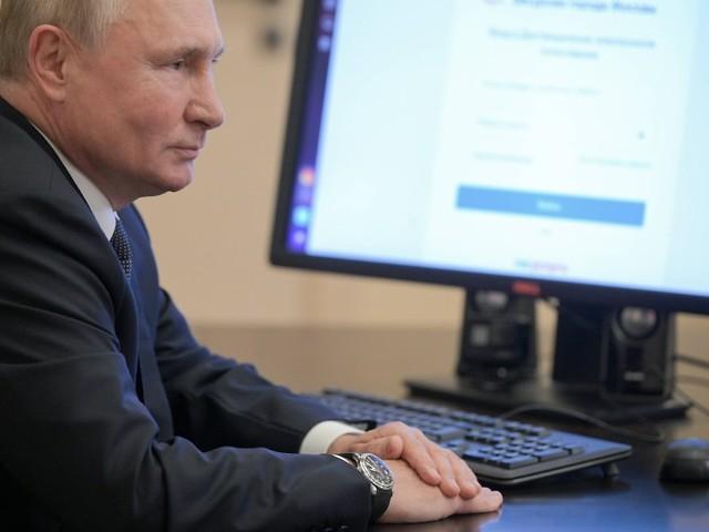 Falsches Datum angezeigt?: Rätsel um Putins Uhr bei Stimmabgabe