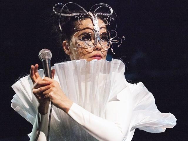 Björk spielt spektakuläres Orchester-Konzert in Berlin