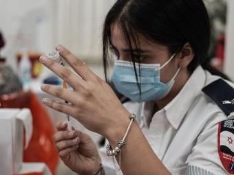 Israel beginnt als erstes Land mit dritter Coronaimpfung für ältere Menschen