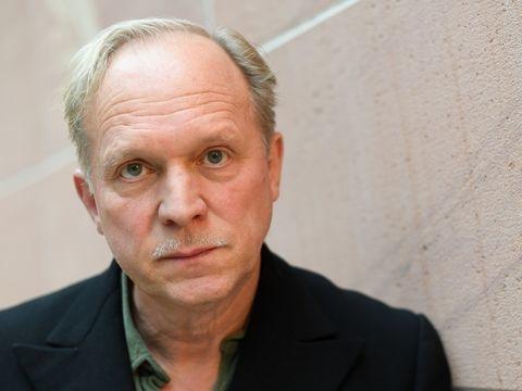 Lockdown - Ulrich Tukur: Treppensteigen als Sport-Training