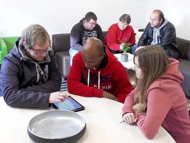 Inklusion: Menschen mit Behinderungen lernen Umgang mit sozialen Medien