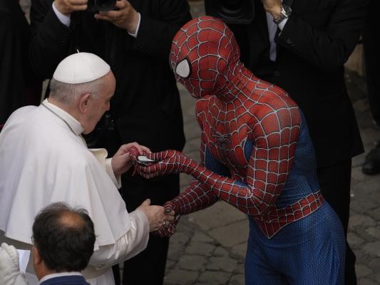 Bild des Tages: Papst Franziskus trifft Spider-Man.