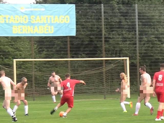 """Sie hatten nur noch Schuhe an: Kempener gründet """"Nacktionalmannschaft"""" – gegen den Kommerz im Fußball"""