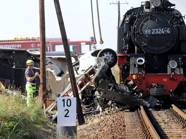 Dampflokbahn kollidiert mit Wohnmobil - ein Toter