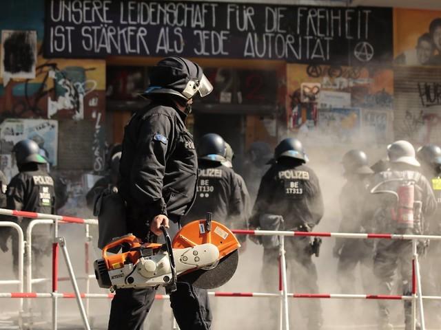 Politiker verurteilen Krawalle: Brandschutzprüfer betritt Rigaer 94 mit Polizeischutz