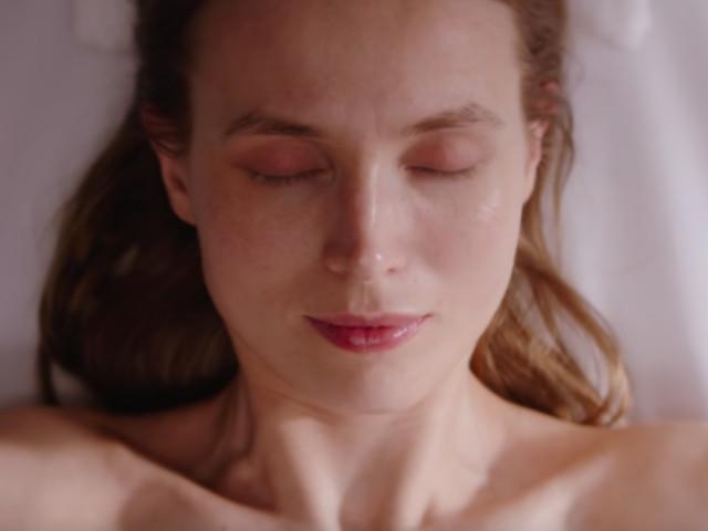Video: Frau scheint im Kosmetikstudio zu sein – dann folgt eine grausame Wendung
