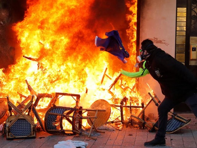 Brände und Plünderungen: Gelbwesten-Protest artet aus