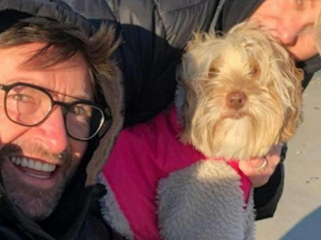 Hugh Jackman: Der Schauspieler postet ein verfrorenes Selfie vom Strand
