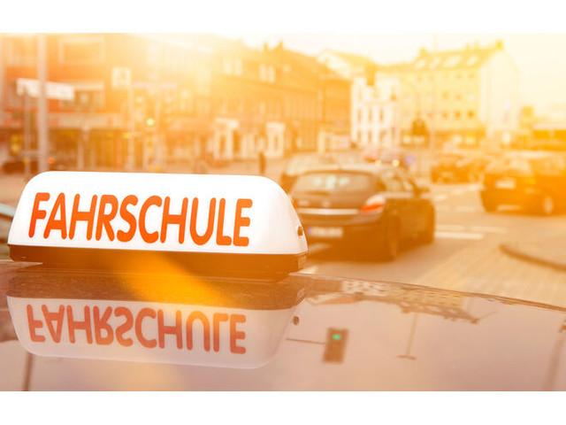 Debatte um Fahrerlaubnisprüfungs-Monopol: Lange Wartezeit auf Fahrprüfung - wer ist schuld?