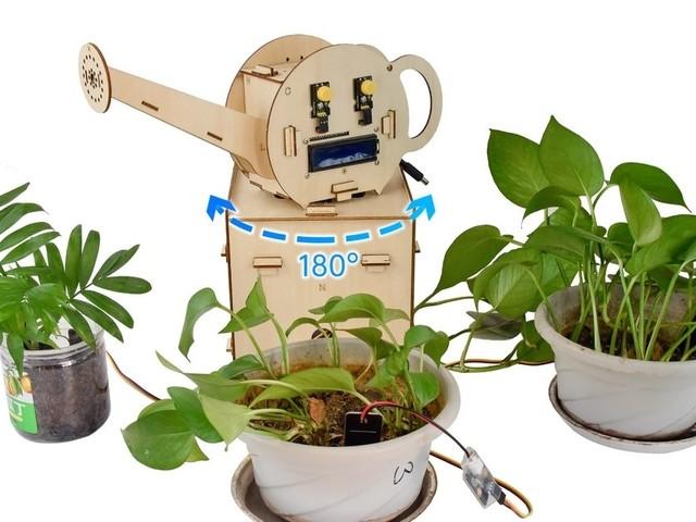 Automatische Bewässerung mit drehender Gießkanne