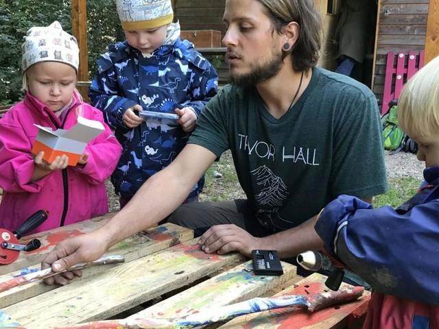 Gatsch, Käfer und Kuchen: Warum immer mehr Kinder im Wald spielen