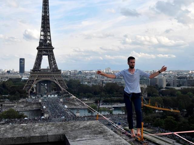 Drahtseilakt: Hochseilkünstler balanciert vom Eiffelturm aus über die Seine