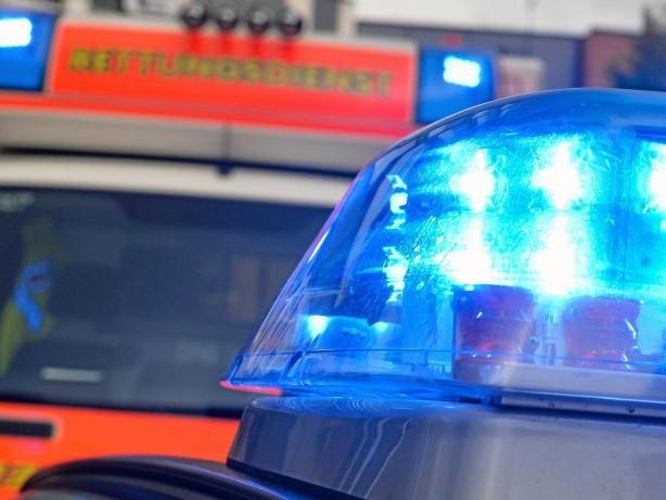 Blaulicht-Blog: Wannsee: Auto bringt Dach von Bootshalle zum Einsturz