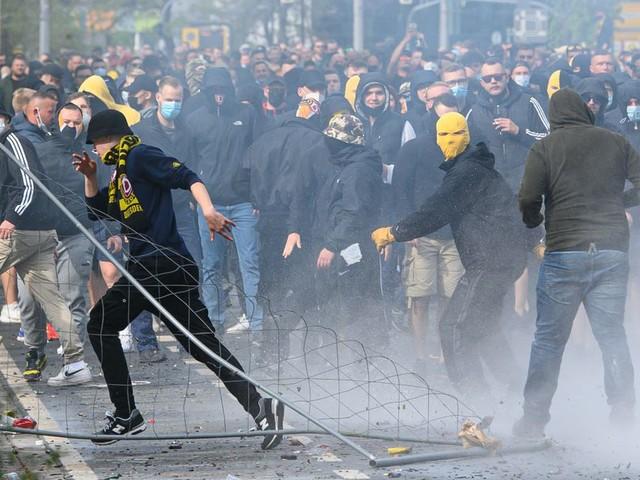 Dresdener Fotografin bei Hooligan-Krawallen verletzt