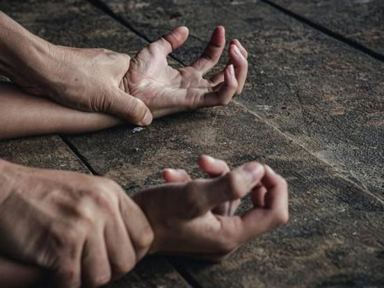 Missbrauchs-Schock: Mann vergewaltigt Rentnerin (69) in öffentlichem Park und flieht