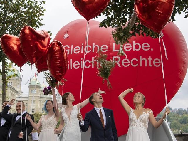 """Ehe für alle: Schweizer stimmen per Volksentscheid für gleichgeschlechtliche Ehe – Gegner fürchten """"Tod des Vaters"""""""