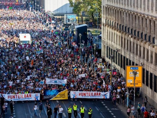 Demonstration #unteilbar: IstSchwarz-Rot-Gold okay?