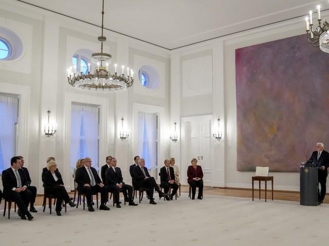 Politik-News: Bundespräsident Steinmeier würdigt Angela Merkel zum Ende ihrer Amtszeit als große Kanzlerin