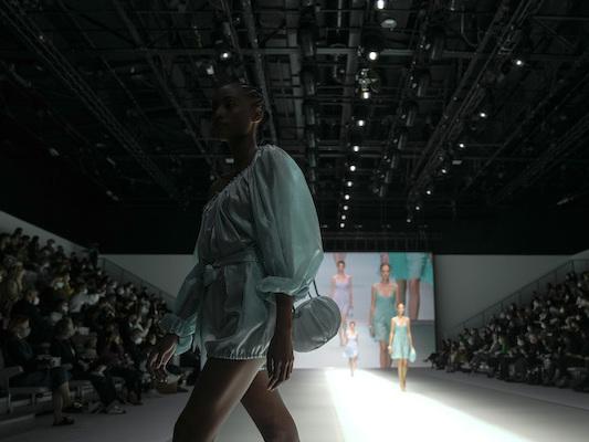 Bild des Tages: In Mailand laufen nach der Zwangspause wieder Models über den Laufsteg.