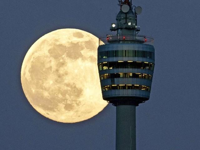 Verstehe einer den Mond!: Warum ist der Mond auch tagsüber zu sehen?