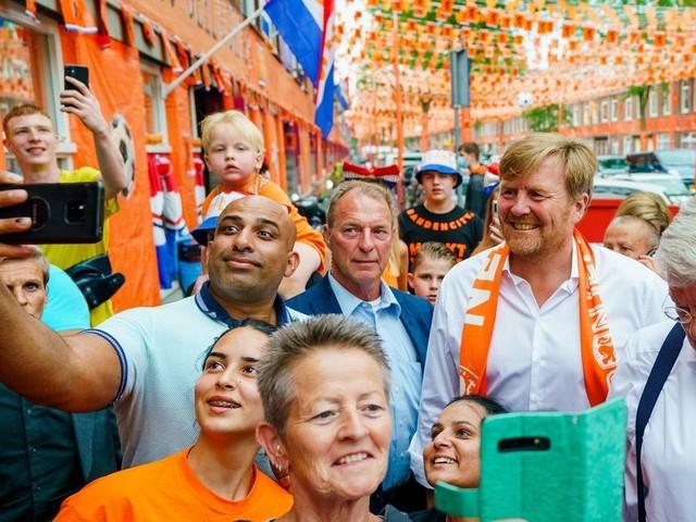 Oranje-Fieber: Niederländischer König verletzt Corona-Regeln